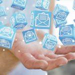 mão com ícones de e-mail flutuantes
