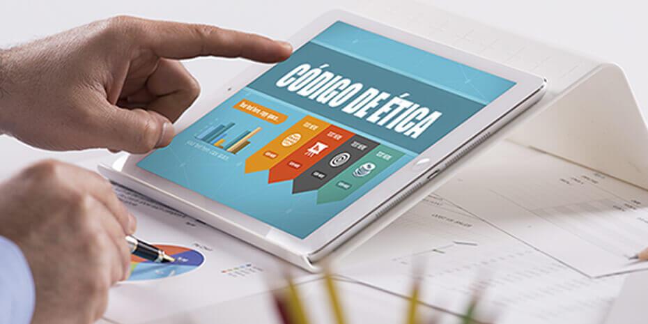 mão de profissional de marketing consultando código de ética no tablet