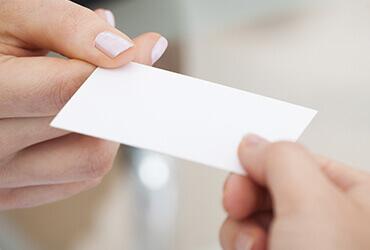 mãos trocando cartão de visita sem identidade visual