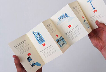 mãos abrindo um folheto impresso