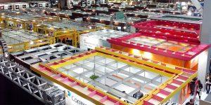 vista de cima de estandes em feira de negócios