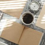 Itens de papelaria corporativa sobre mesa de trabalho
