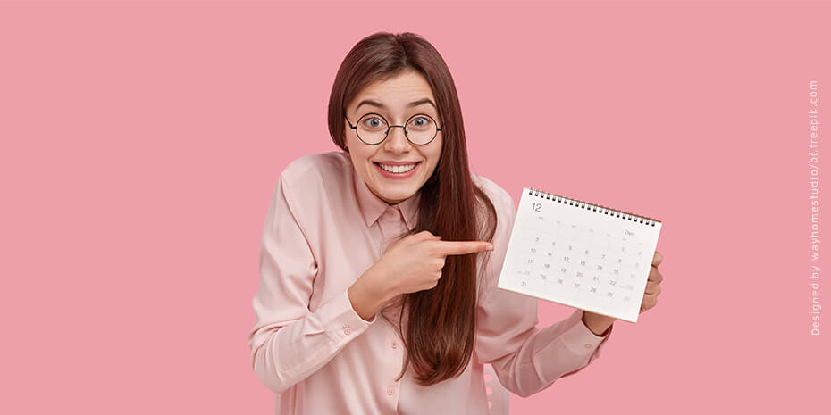 Moça sorridente aprontado para calendário promocional