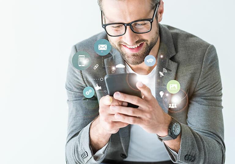 Executivo sorridente observa redes sociais no celular