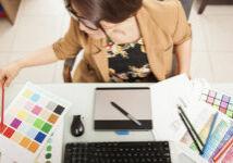 Designer Gráfica verificando amostras de cor